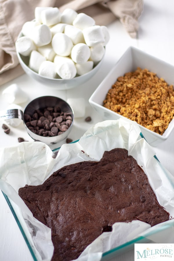 Baked brownies that will be covered with graham crackers, chocolate, and marshmallows